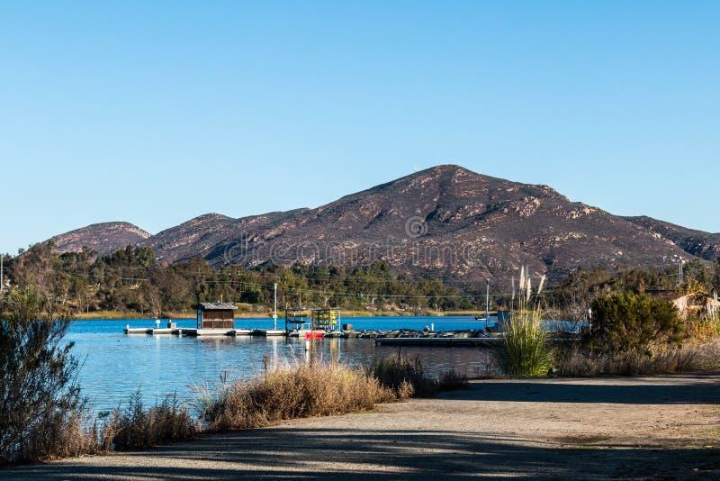 See Murray Boat Dock mit Cowles-Berg in San Diego stockbild