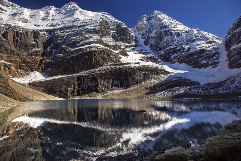 See Oesa und Snowy-Gebirgsoberteile in Yoho National Park lizenzfreie stockbilder