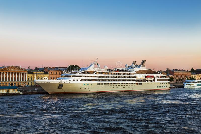 ` See-Passagierkreuzfahrtschiff Luxus-` Le Soleal nahe dem Promenaden-DES Anglais am Abend St Petersburg, stockfotografie