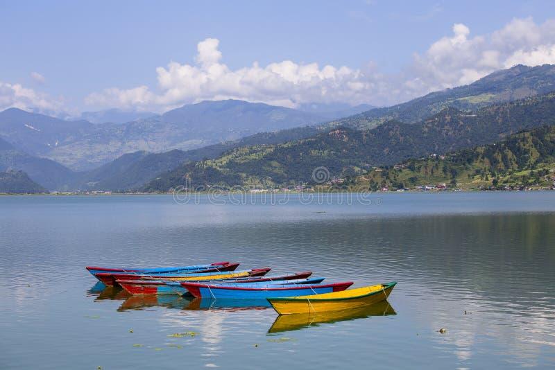 See Phewa in Pokhara, Nepal, mit den Himalajabergen lizenzfreies stockbild