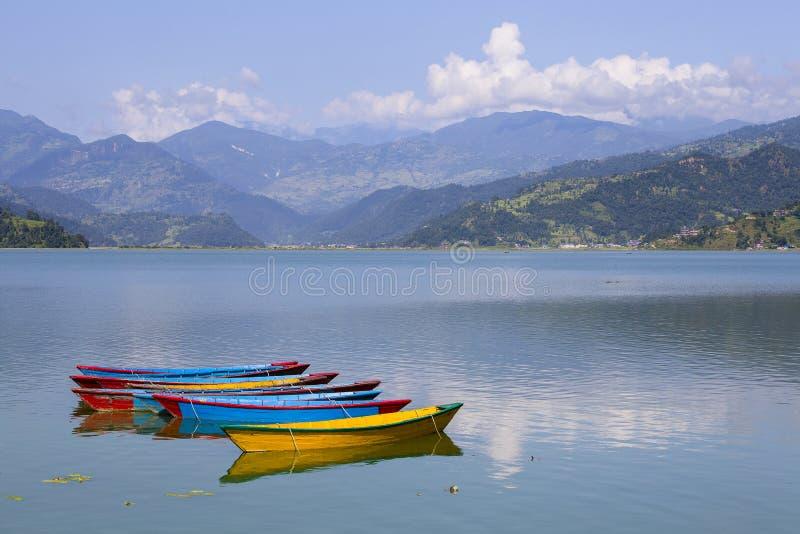 See Phewa in Pokhara, Nepal, mit den Himalajabergen lizenzfreie stockbilder