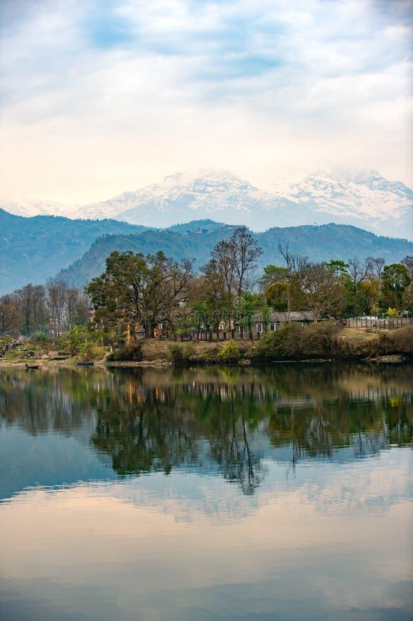 See Phewa in Pokhara, Nepal, mit den Himalajabergen im Hintergrund, einschließlich Machhapuchhre und Annapurna stockbild