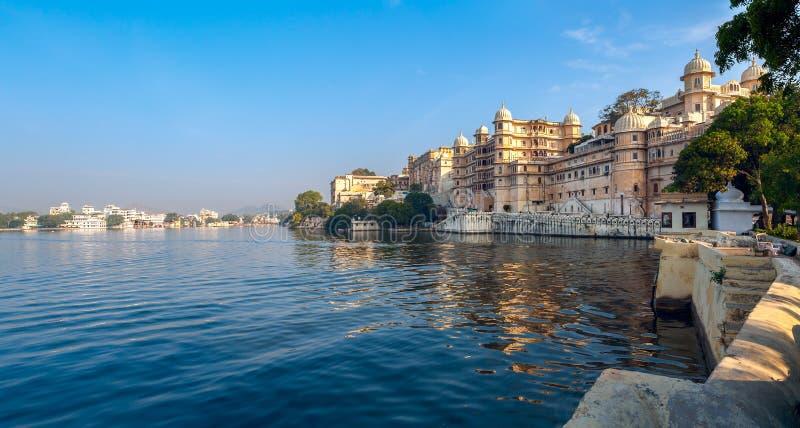 See Pichola und Stadt-Palast in Udaipur. Indien. stockfotografie