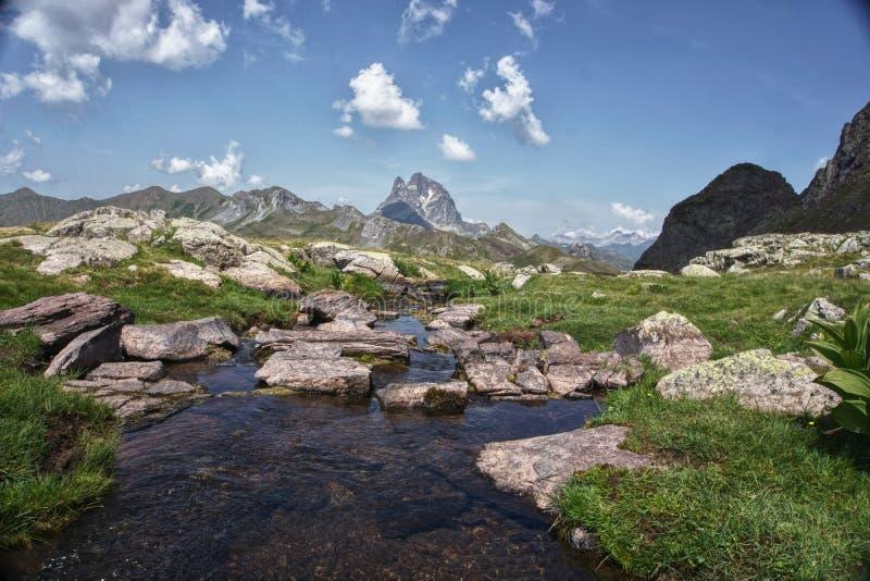See in Pirineos-Bergen mit Wolken und Himmel im Himmel, Spanien stockbilder