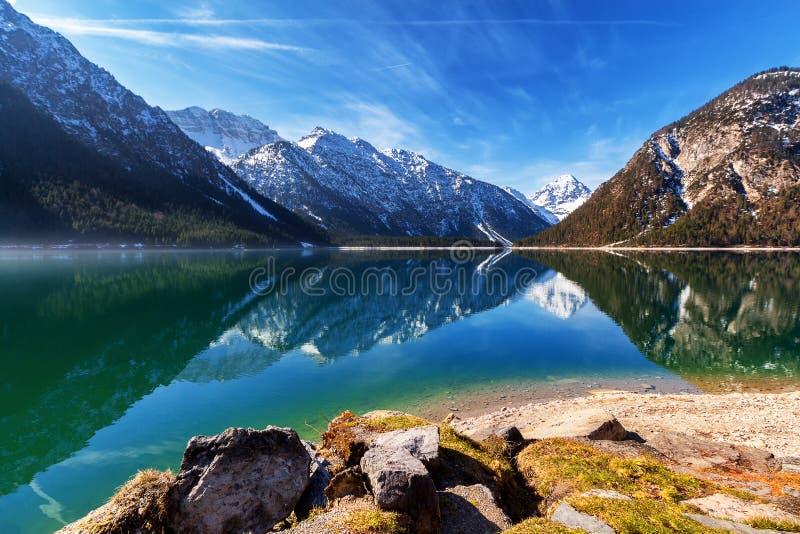 See Plansee mit den Bergen, die im Wasser, Tirol, Österreich sich reflektieren stockbilder