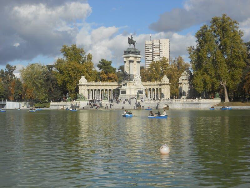 See in retiro Park in Madrid mit Statuen, Wasser und Ruderbooten lizenzfreie stockbilder