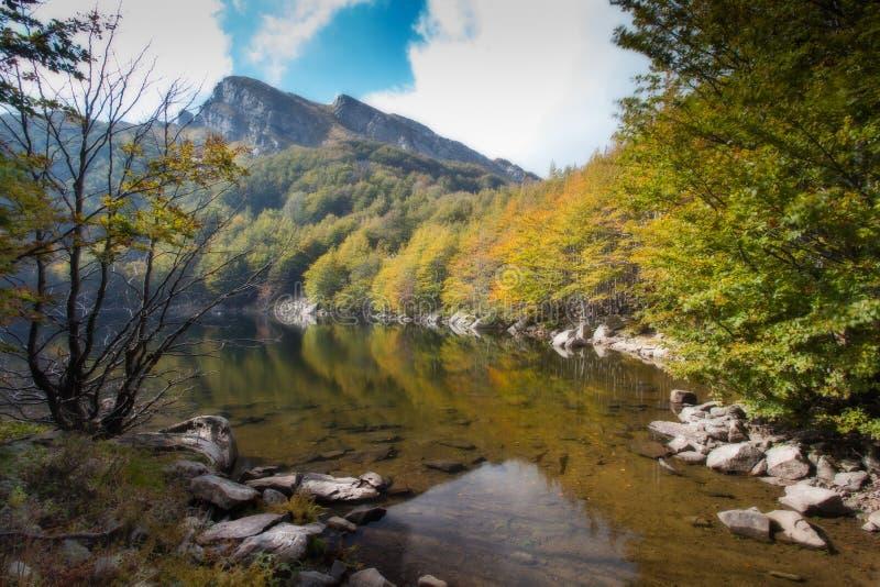 See Scuro im Herbst lizenzfreie stockfotos