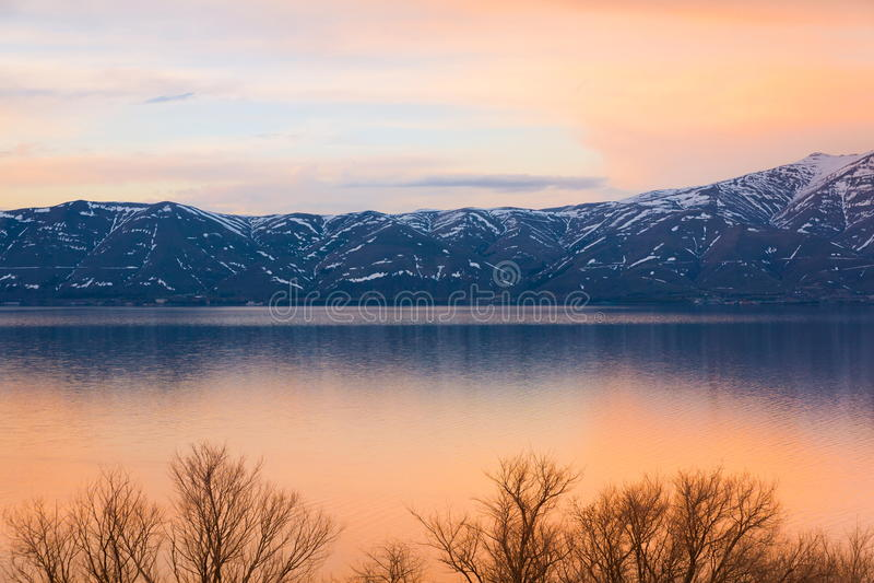 See Sevan-Frühlingssonnenuntergang lizenzfreie stockbilder