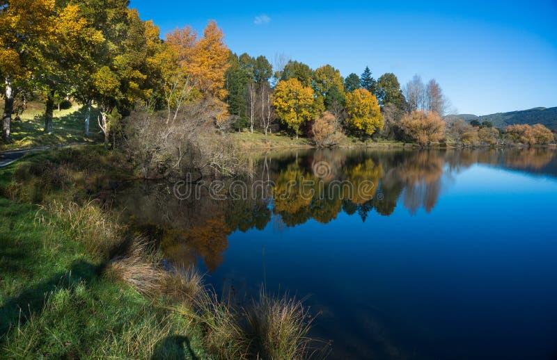 See Tutira im Herbst Hawkes Bucht Irgendwo in Neuseeland lizenzfreies stockfoto