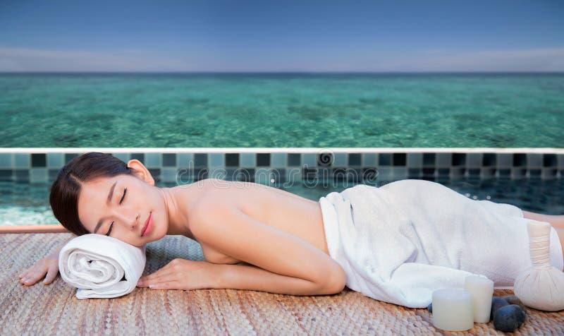 See- und Badekurorttürkis setzen Chiropraktikmassage-Therapiefrau auf den Strand stockfotografie