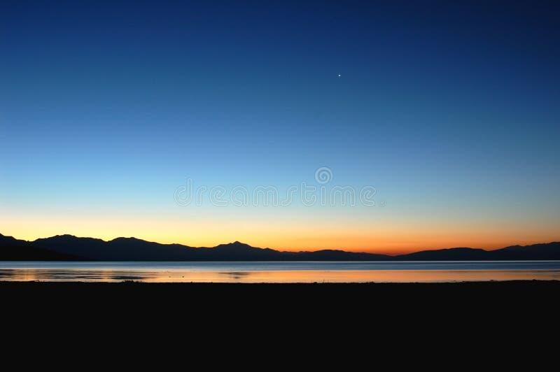 See und Berge in Tibet lizenzfreie stockfotos