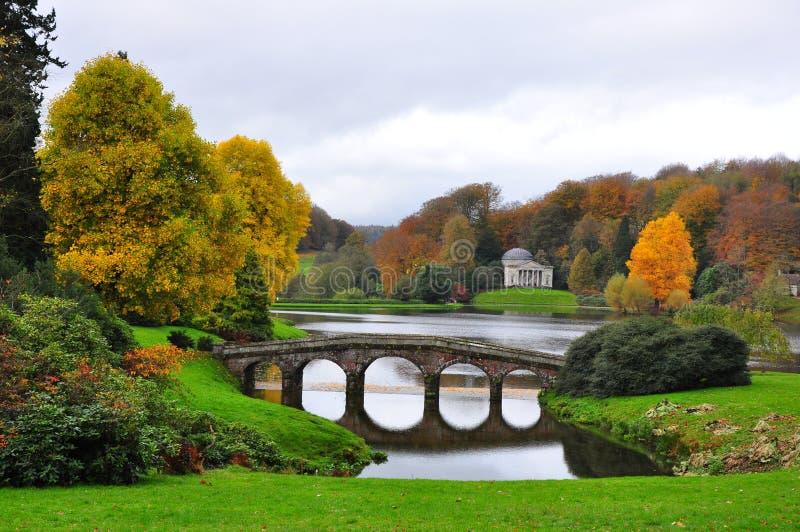 See und Brücke im Herbst - Stourhead-Garten lizenzfreies stockfoto