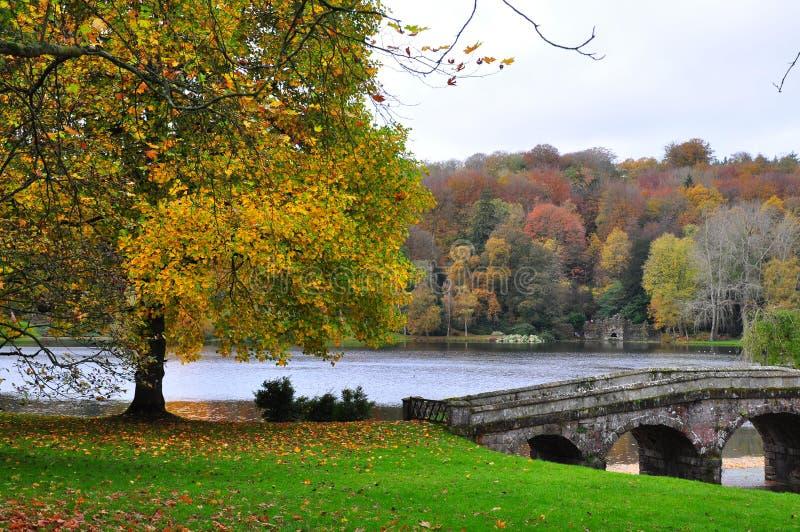 See und Brücke im Herbst - Stourhead-Garten stockbilder