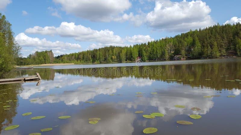 See und Himmel, die in der Oberfläche widerspiegeln lizenzfreies stockbild