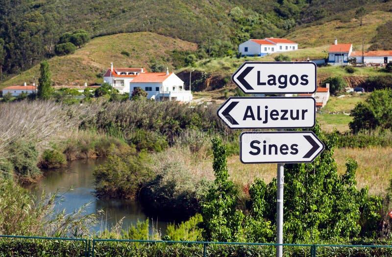 See- und Landstraßezeichen nahe Städten Lagos, Sinus und Aljezur lizenzfreie stockfotografie