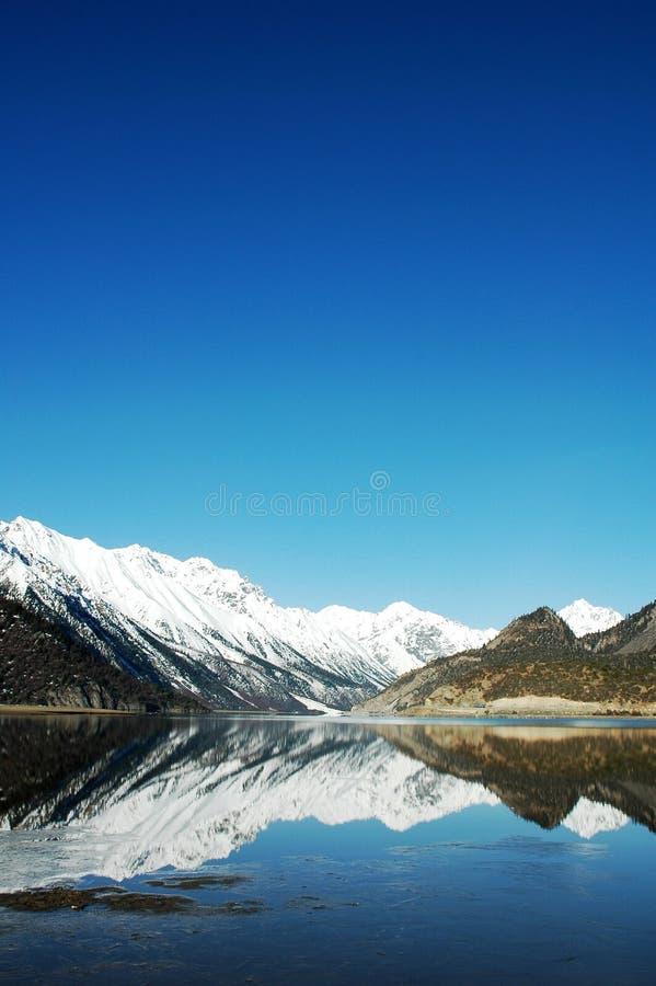 See- und Schneeberge in Tibet lizenzfreie stockbilder