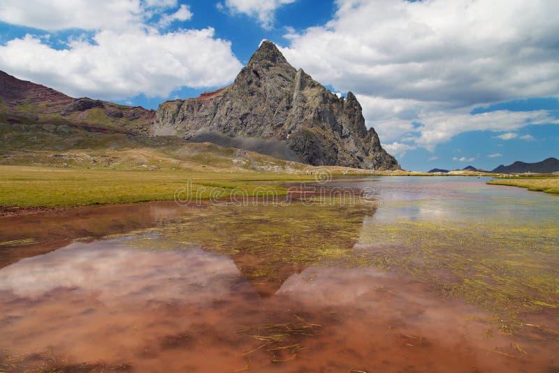 See und Spitze von Anayet stockfotos
