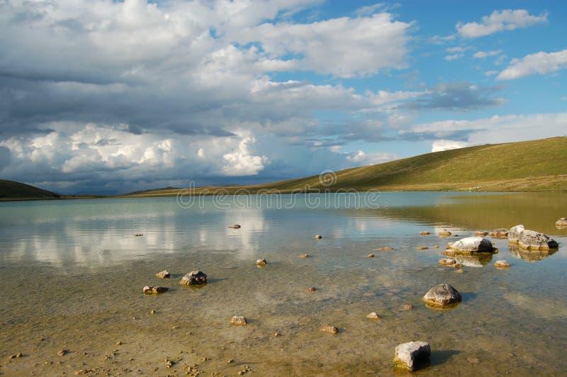 See und Wolken lizenzfreie stockbilder