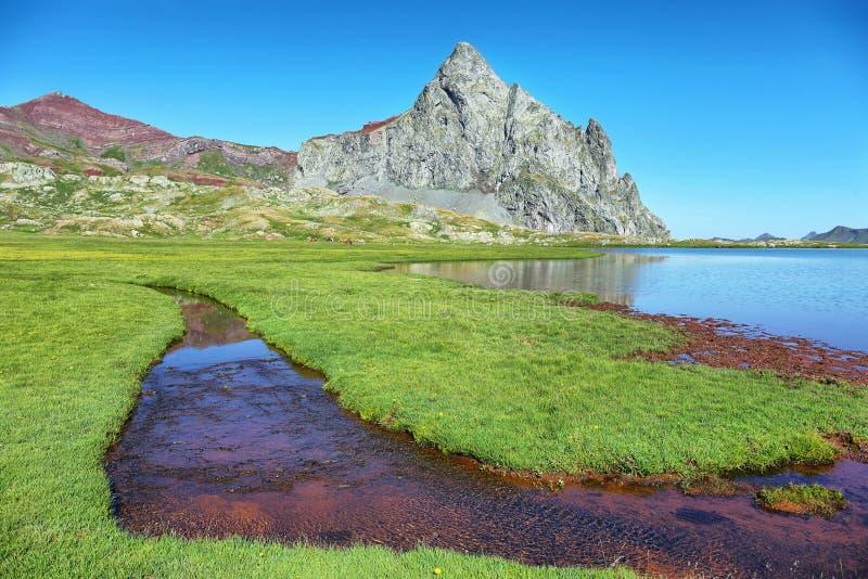 See unter der Anayet-Spitze und Anayet See auf spanisch Pyrenäen, Spanien lizenzfreie stockfotos