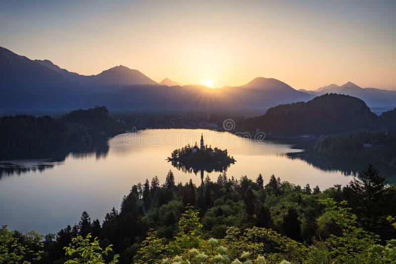 See verlaufen Schöner Berg blutete See mit kleinem Pilg stockbild