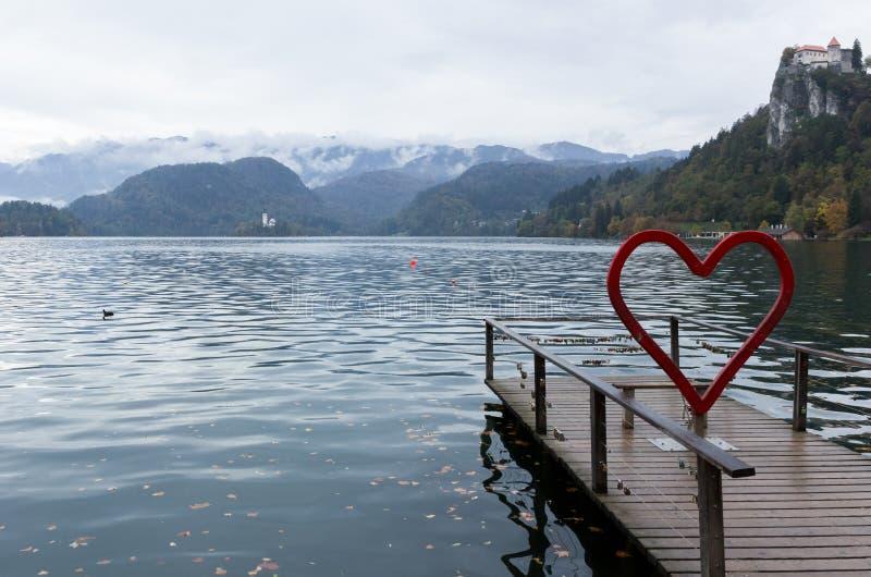 See verlaufen in Slowenien Installation in Form des roten Herzens, ausgeblutetes Schloss, Verschlüsse der Liebe stockfotos
