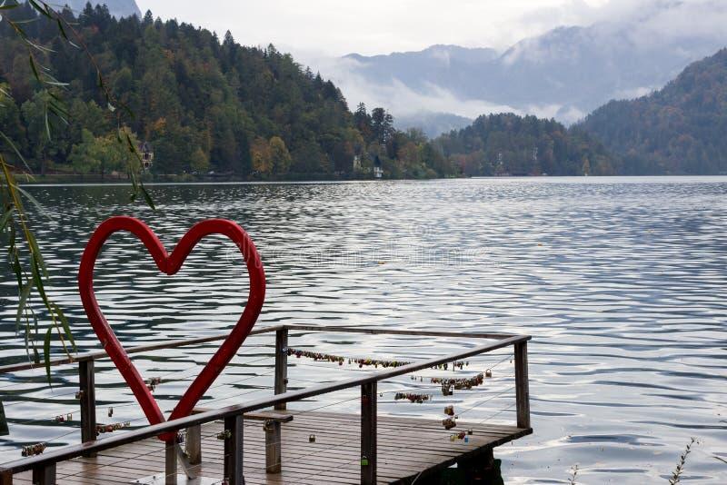 See verlaufen in Slowenien Installation in Form des roten Herzens, Verschlüsse der Liebe stockbild