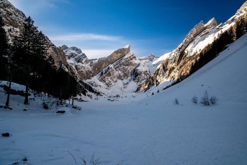 Seealpsee, ελβετικά βουνά κατά τη διάρκεια του χειμώνα στοκ εικόνες με δικαίωμα ελεύθερης χρήσης