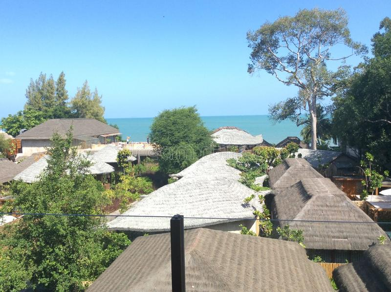 Seeansicht über den Strand im Luxushotel stockfotografie