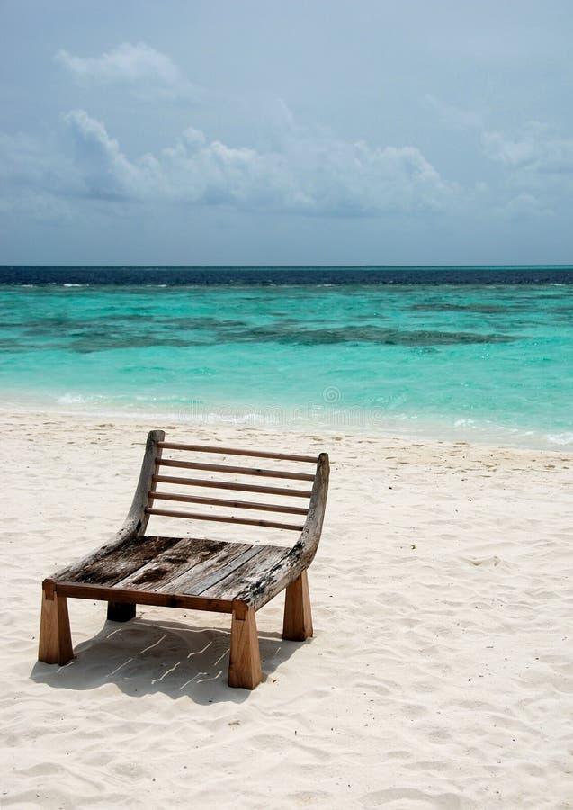 Seeansicht mit einem hölzernen Sitz lizenzfreie stockfotografie
