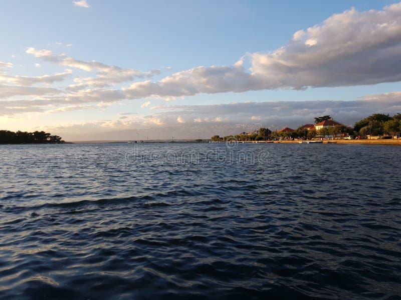 Seeansicht mit schönen Wolken stockfotografie