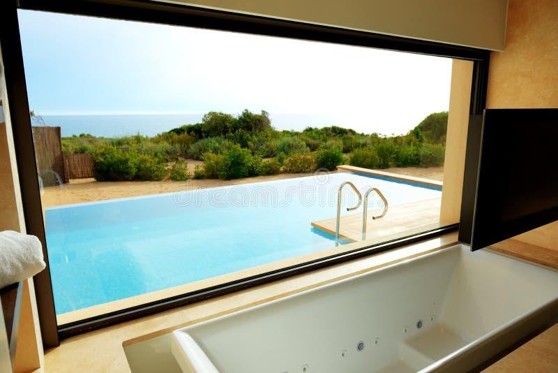 Seeansicht vom Badezimmer auf Swimmingpool lizenzfreies stockfoto