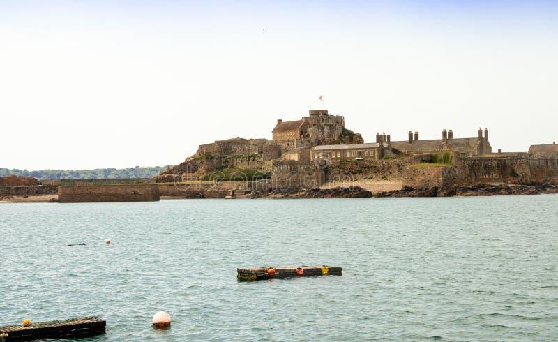 Seeansicht von Elizabeth Castle auf Jersey lizenzfreies stockbild