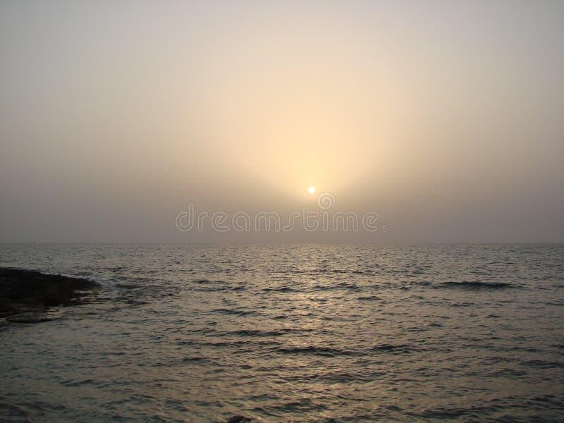 Seeansichten der zypriotischen Küste nahe der Stadt von Paphos stockbild