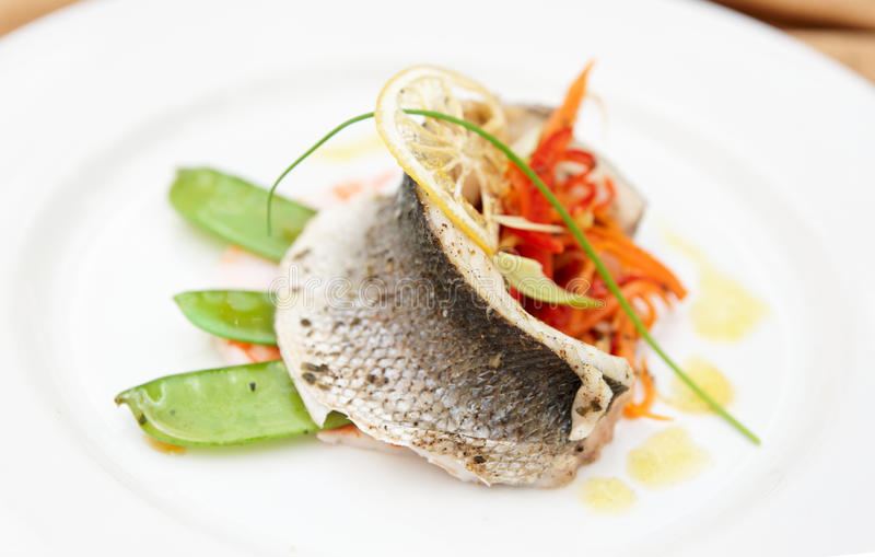 Seebarsch haute Kücheteller lizenzfreie stockfotografie