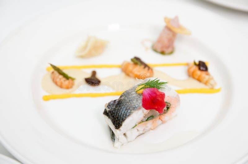 Seebarsch haute Kücheteller lizenzfreie stockfotos