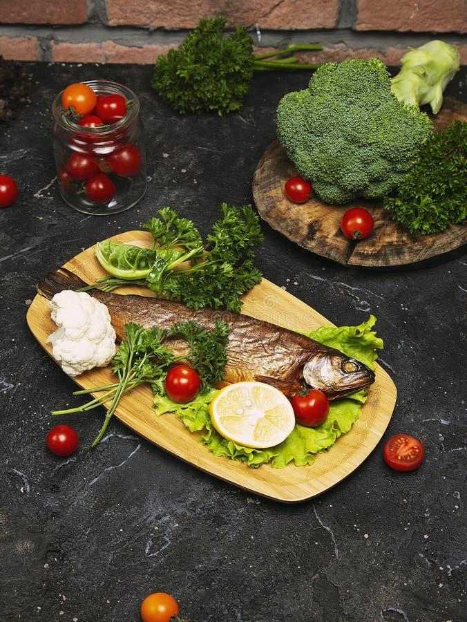 Seebarsch und Bestandteile der frischen Fische f?r das Kochen stockbild