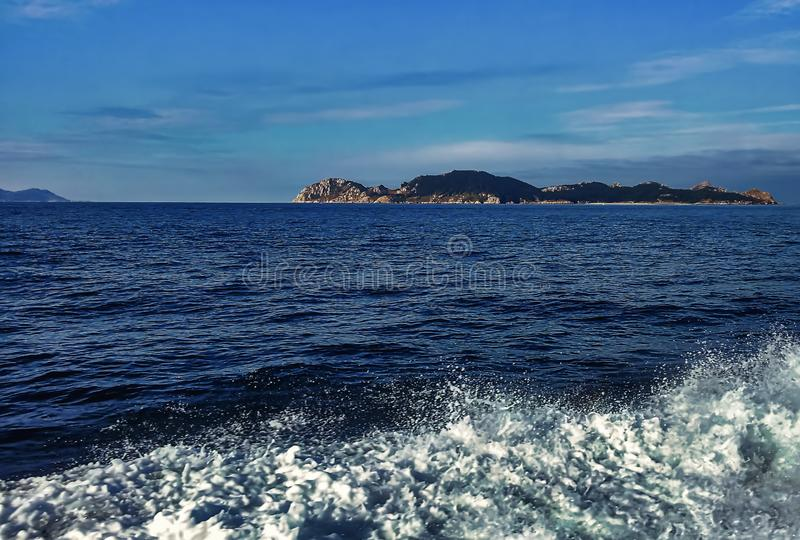 Seeblaue Stundenansicht vom Boot mit Bergen im Hintergrund stockbilder