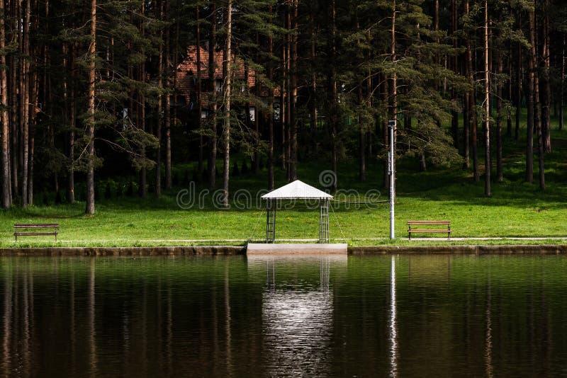 Seeblick mit einem Pavillon in Zlatibor, Serbien stockbilder