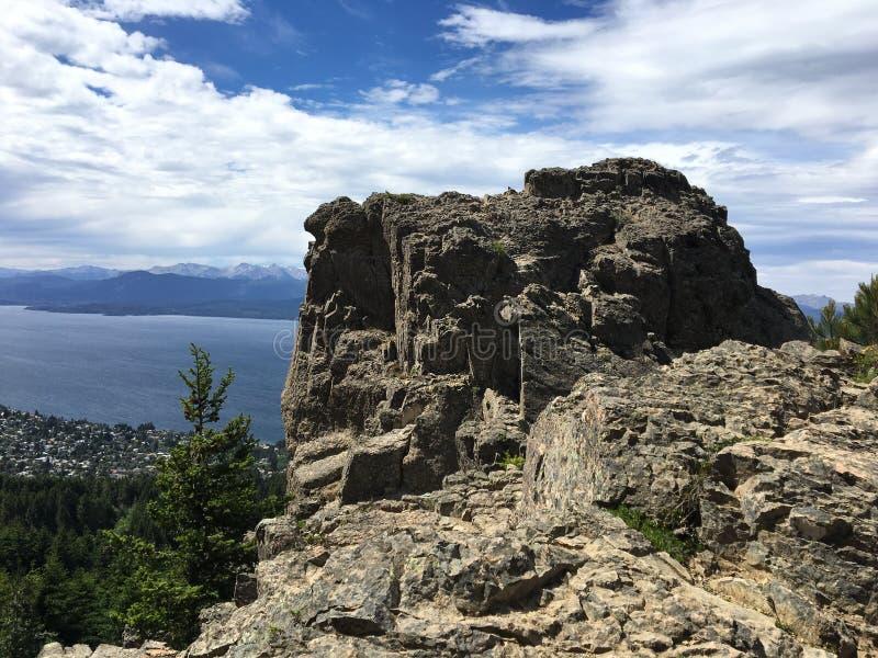 Seeblick von einem Felsen stockfotos