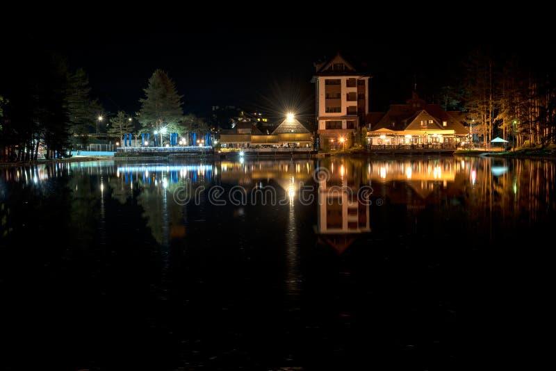 Seeblick in Zlatibor nachts, Serbien lizenzfreie stockbilder