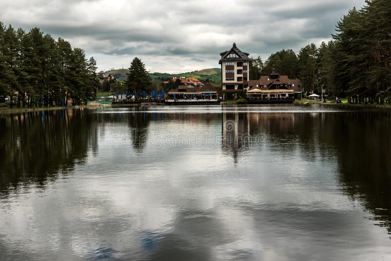 Seeblick in Zlatibor, Serbien stockbild