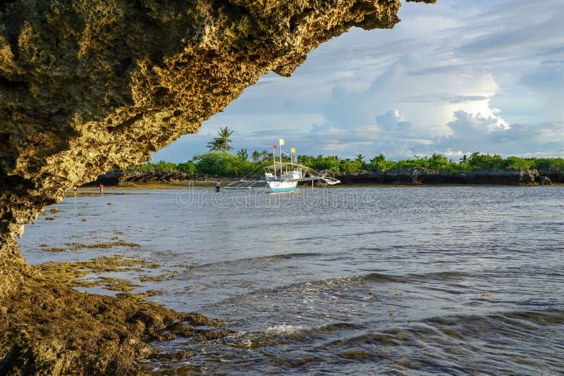 Seeboot in der Ebbe, philippinisch lizenzfreies stockbild
