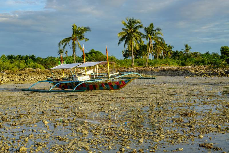 Seeboot in der Ebbe, philippinisch lizenzfreie stockfotos