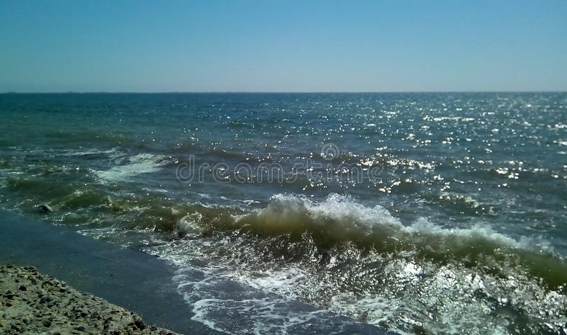 Seebrandung an einem sonnigen Tag Ansicht des Meeres von der Verdammung lizenzfreie stockfotos