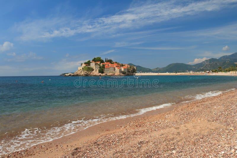 Seebrandungsabschluß oben, Insel von Sveti Stefan, Montenegro lizenzfreie stockbilder