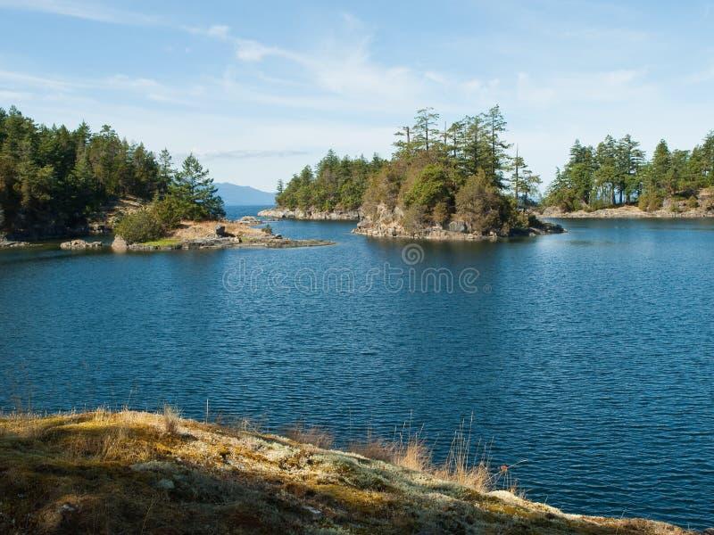 Seebucht der felsigen entferntküste stockbild