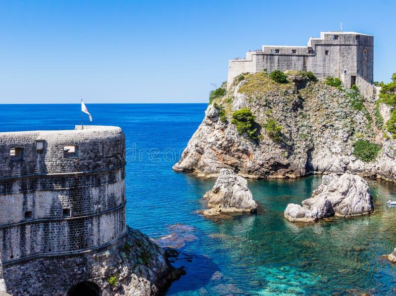 Seebucht und -Stadtmauern unter Fort Lovrijenac in Dubrovnik, Croa lizenzfreie stockfotos