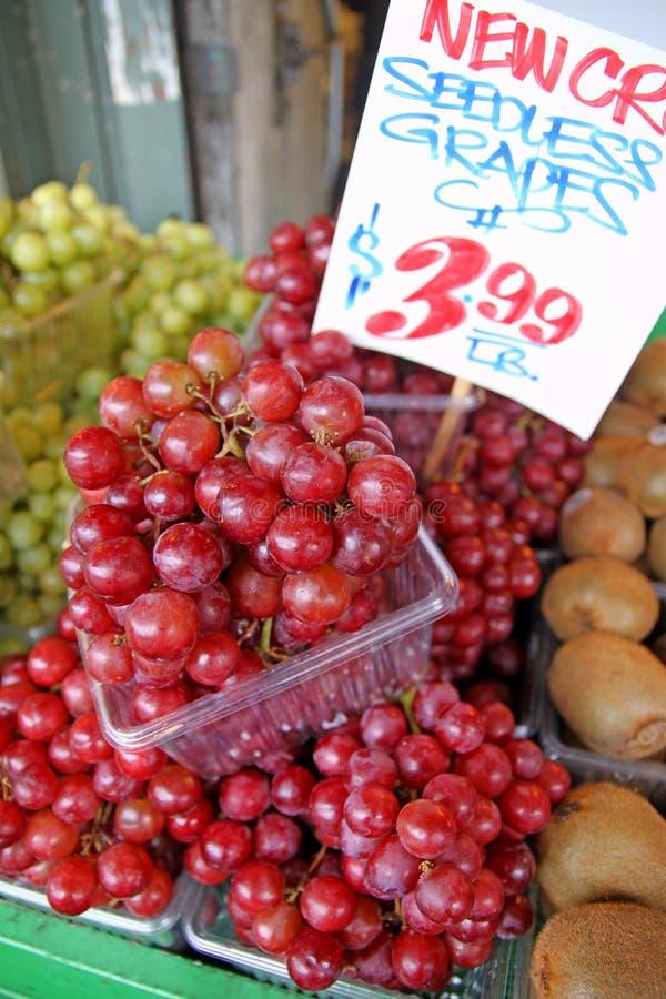 Seedless druvor på marknad royaltyfri fotografi