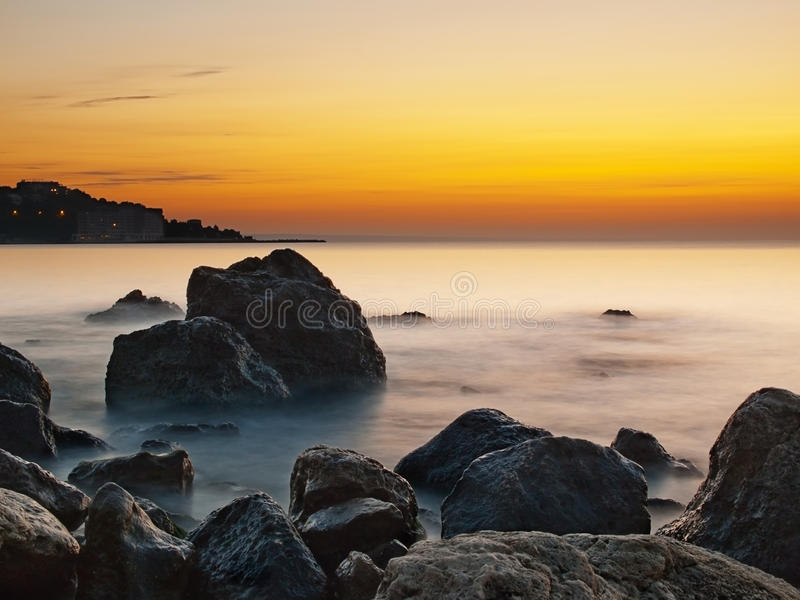 Seefelsen am Sonnenaufgang lizenzfreie stockfotografie