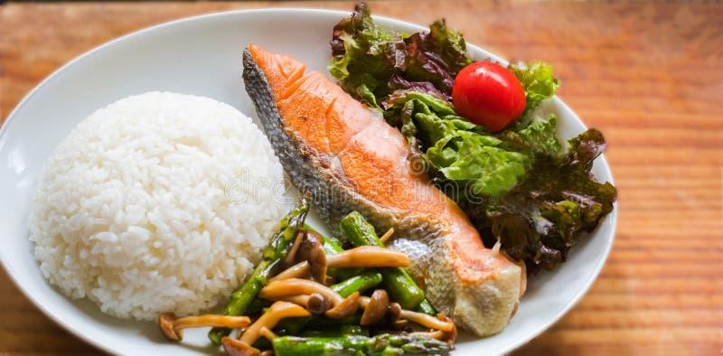 Seefisch briet, weißer Reis, gebratener Gemüse- und Gemüsesalat lizenzfreie stockbilder
